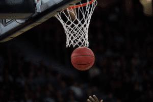 canasta en un partido de baloncesto