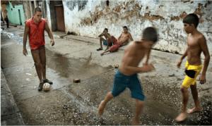 Jugando a fútbol en las calles