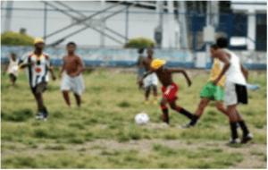 Jugando a fútbol al aire libre