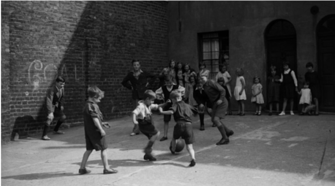 niños jugando a futbol en el patio